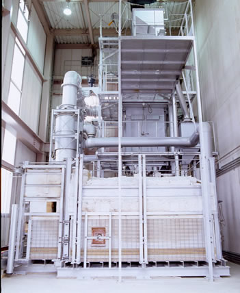 Glass melting furnace equipped with a cullet preheater